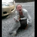 飼い主と2年ぶりに再会して、うれしくて気絶してしまう犬