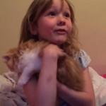 [感激] 少女へのサプライズプレゼントは可愛い子ネコちゃん