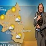 天気予報の中継にネコが乱入、キャスターが抱っこしながら放送♪