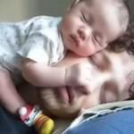 お父さんの顔の上で寝る赤ちゃん