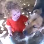のどがかわいた子供と犬の、水の取り合い