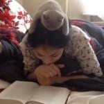 [動画] 飼い主と一緒に本を読むネコ