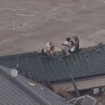 【鬼怒川決壊】自衛隊員が屋根に残された老夫婦と抱きかかえられた犬も一緒に救助!