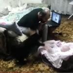 父親が赤ちゃんを叩くふりをすると、勢いよく助けにく来る優しいニャンコ