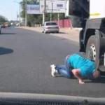 【危機一髪】一時停止した大型トラックの下に子猫が・・・急いで助けるおじさんがカッコイイ