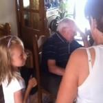 孫達から子犬をプレゼントされたおじいちゃん、思わず涙するその理由とは?