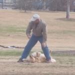 大きなワンちゃん、「イヤだワ~ン」っと公園で帰宅拒否中