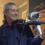 バイオリンを身振り手振りを交えながら教える、ニャンコ先生