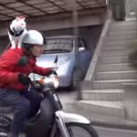 バイクで走るおじぃちゃんの肩に乗るニャンコのショートムービー