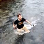 流れの早い川を渡って、対岸に取り残された子猫を救助する男性(^◇^)