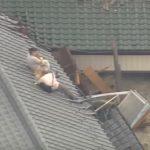 危険がせまる中、自衛隊員が屋根にとり残された老夫婦と愛犬を救助!