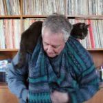 誰得?(*´ω`) ネコを肩にのせたままセーターを着る技を披露するおじいちゃん