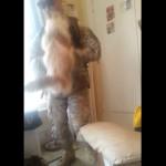 兵役から帰還したお兄さんに、猫さんがジャンプ抱っこでお出迎え🎵