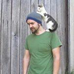 ビデオの撮影中によじのぼってきて、邪魔をする子猫ちゃん♪