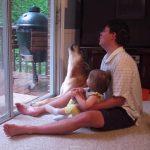 順番に「ワオーン」っと吠える、お父さんと娘とワンちゃん